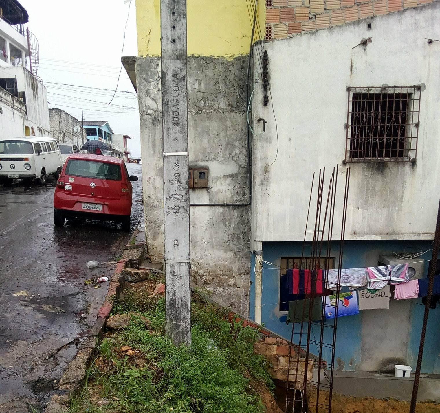 Moradores com medo do poste desabar
