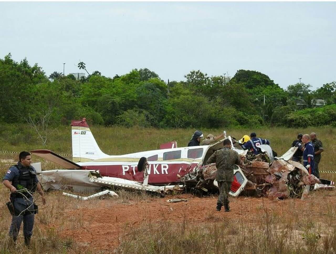 Aeronave cai em Manaus duas pessoas estão em estado gravíssimo. Três pessoas morreram na queda.
