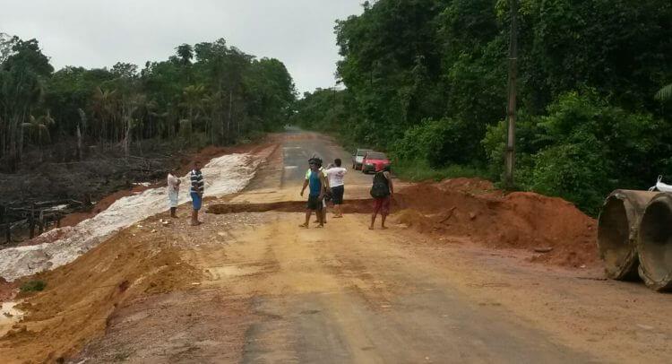 Estrada de acesso ao porto de São Gabriel da Cachoeira rompe