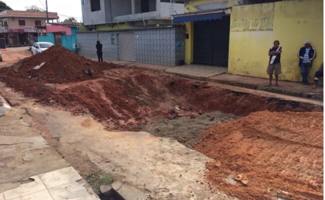 Problema em rede de drenagem causa buraco, na Zona Centro-Oeste de Manaus
