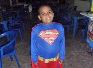 Criança baleada com arma do pai morre no hospital