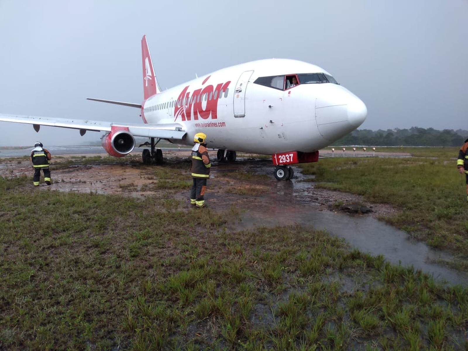 Avião derrapa na pista e interdita aeroporto de Manaus durante forte chuva