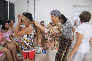 Rede municipal de ensino entrega mais de 100 lenços para mulheres com câncer do Lar das Marias