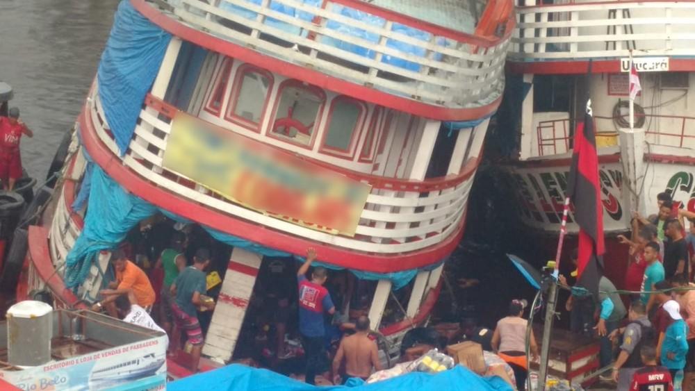 Barco tomba no Porto da Manaus Moderna durante forte chuva