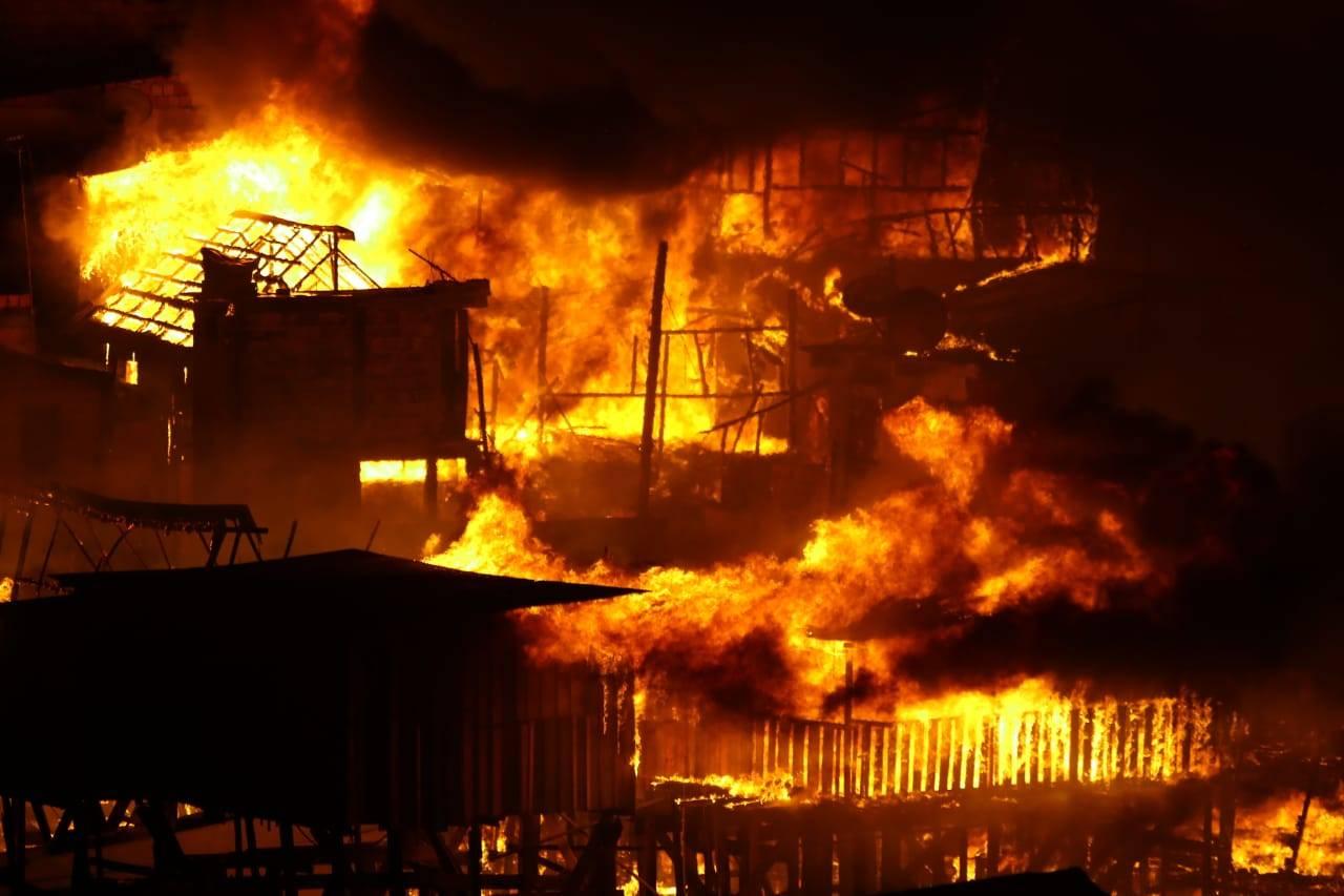 Cerca de 600 casas foram destruídas por incêndio no Bairro Educandos