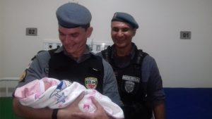 Policiais militares auxiliam em um parto na zona leste de Manaus