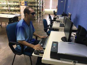 Biblioteca Braille oferece cursos gratuitos para facilitar uso de celular e computadores por pessoas com deficiência visual