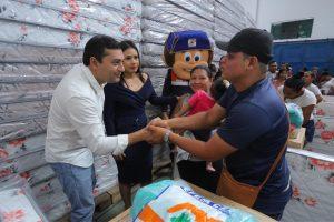 Governador entrega ajuda humanitária e auxílio financeiro a famílias do Educandos