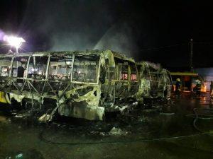 Nove micro-ônibus pegam fogo dentro de garagem de cooperativa, em Manaus