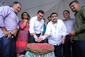 Governador do AM faz entrega de implementos agrícolas e anuncia investimentos