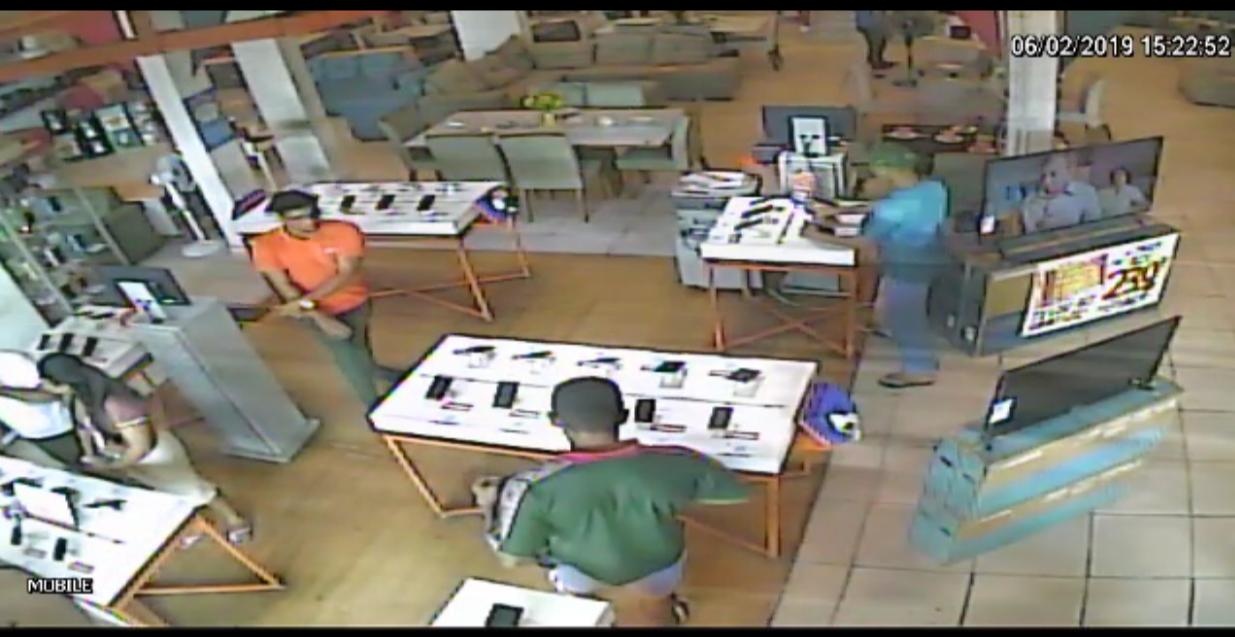 Polícia procura por homens envolvidos em roubo de celulares na zona leste