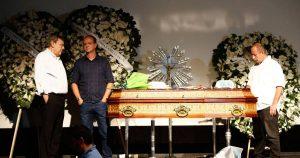 Familiares e fãs prestam as últimas homenagens a Boechat durante velório em São Paulo