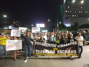 Profissionais da saúde protestam contra atrasos de pagamento em frente ao Hospital 28 de Agosto