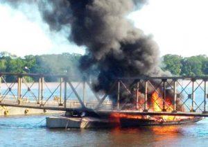 Embarcações explodem após incendiarem em Novo Aripuanã, no AM