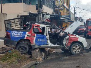 Viatura da PM capota durante perseguição e deixa tenente e cabo feridos, em Manaus