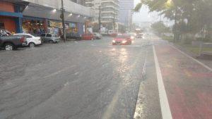 Temporal alaga avenidas de Manaus e Defesa Civil registra ocorrências