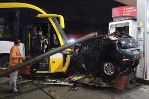 Motorista perde controle de ônibus, bate em dois carros e deixa quatro feridos em Manaus