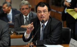 Projeto de Eduardo Braga eleva isenção do Imposto de Renda