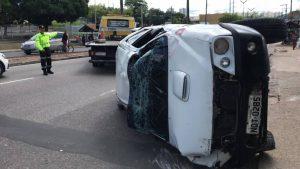 Motorista embriagado atropela duas pessoas e capota carro, no Coroado