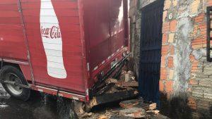 Caminhão tomba em ladeira, atinge casa e motorista fica ferido, em Manaus