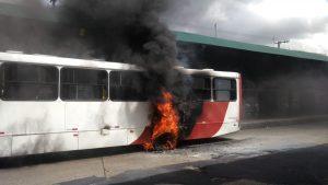 Ônibus pega fogo dentro do Terminal 1, em Manaus