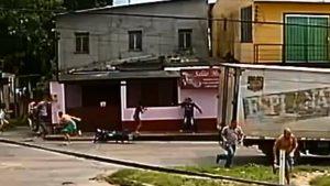 Câmeras flagram o momento do latrocínio de dona de casa no São José, em Manaus