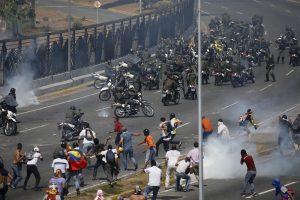 Venezuela tem confrontos e carros da polícia avançam sobre manifestantes em Caracas