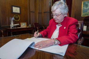 Governadora do Alabama sanciona lei antiaborto mais rígida dos EUA