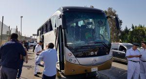 Bomba atinge ônibus de turistas e fere dezenas no Egito