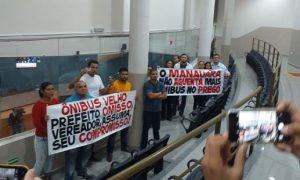 Um grupo de manifestantes cobram ação dos vereadores contra ônibus velhos em Manaus