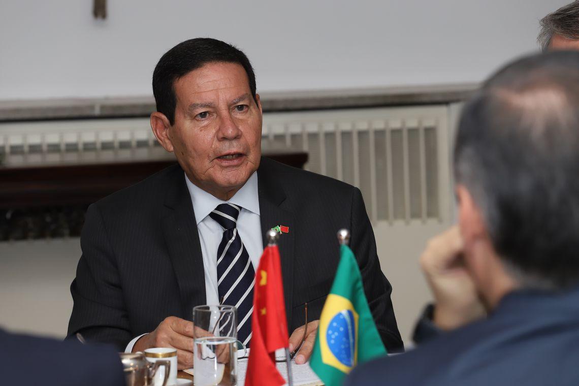 Militar preso com droga voltaria no avião de Bolsonaro, diz Mourão