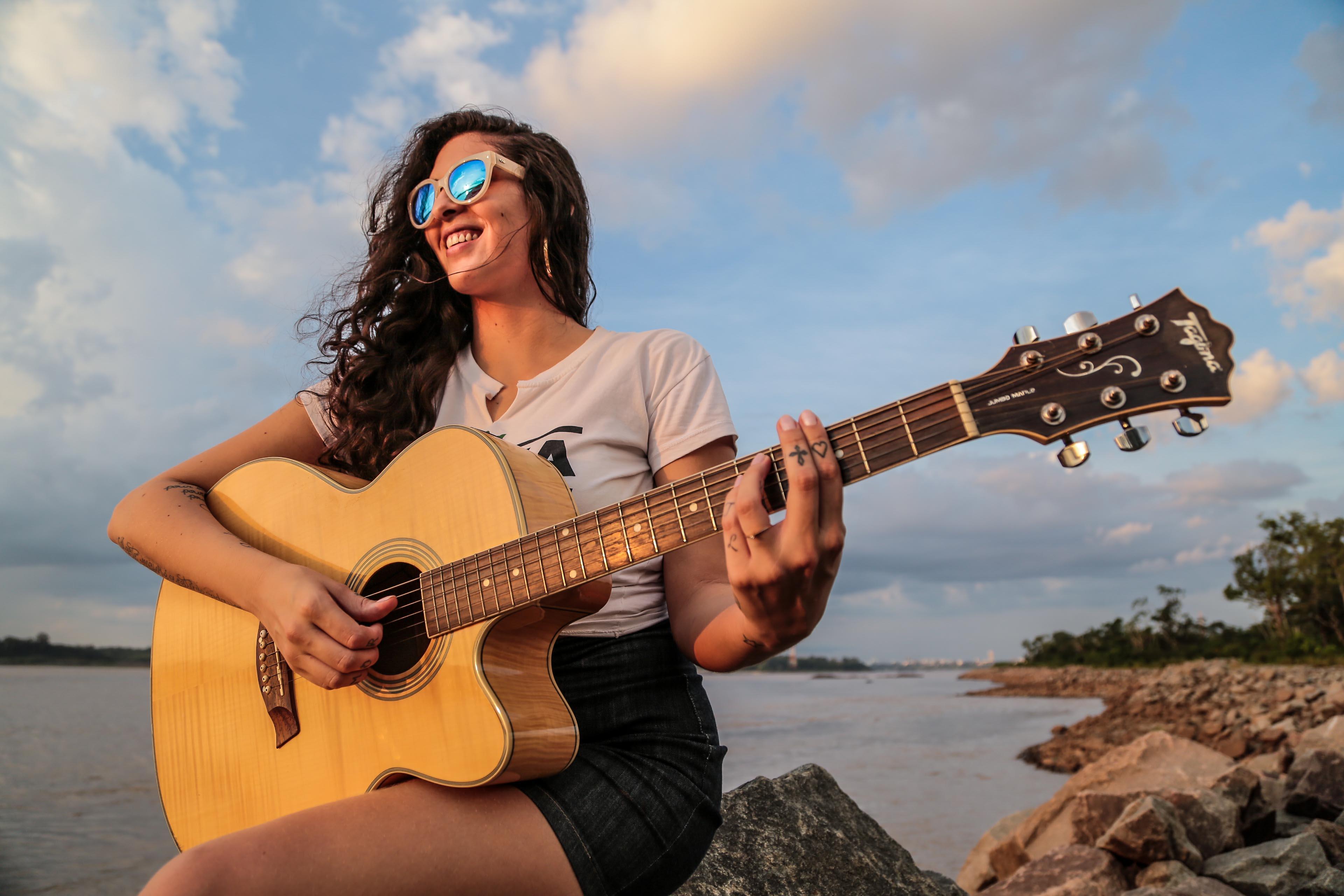 Cantora macuxi, Ana Lu, apresenta seu projeto de reggae autoral acústico, nesta quinta-feira (30), na Vila Vagalume