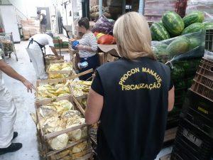 Procon Manaus apreende mais de 1 tonelada de alimentos impróprios para consumo