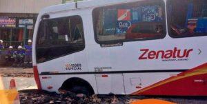Ônibus fica preso em buraco após asfalto ceder, no Japiim em Manaus