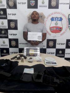 Rapaz é preso com revólver, munições, porções de maconha e coletes balísticos no bairro Tancredo Neves