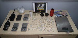 Dupla é presa om 110 trouxinhas de oxi e balanças de precisão no bairro Cidade de Deus