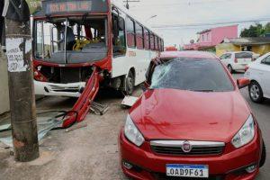 Acidente entre ônibus e carro deixa uma pessoa ferida, na Zona Centro-Sul de Manaus