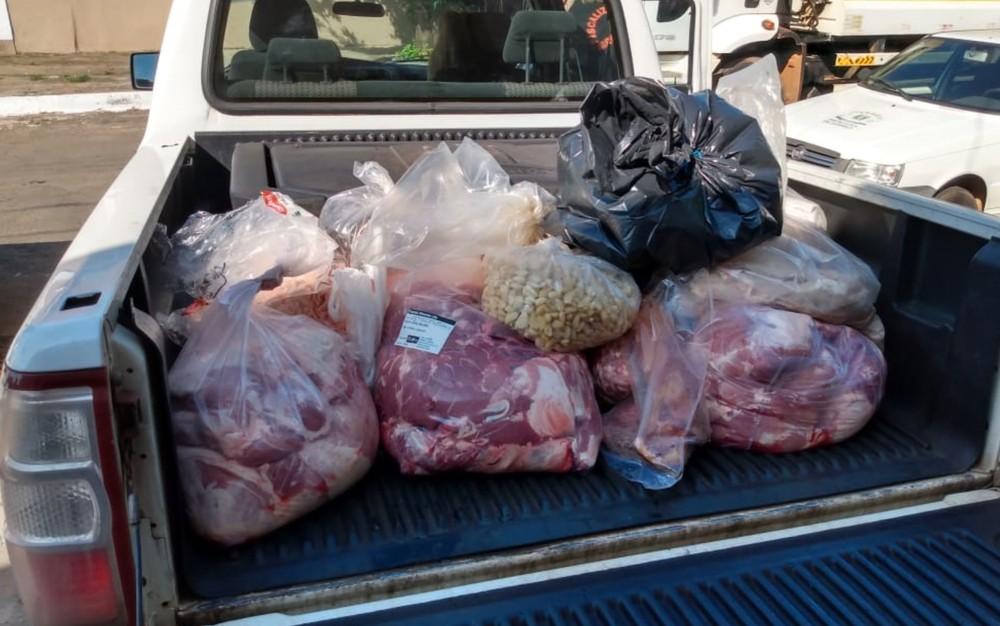 Polícia interdita duas empresas que vendiam carne produzida em meio a fezes e animais