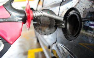 Motoristas denunciam posto de combustível por vender gasolina misturada com água em Manaus