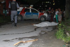 IMAGENS FORTES: População se revolta e mata suspeito de assalto a pauladas em Manaus