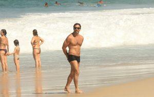 Marcelo Farias exibe boa forma na praia em RJ; Confira as fotos!