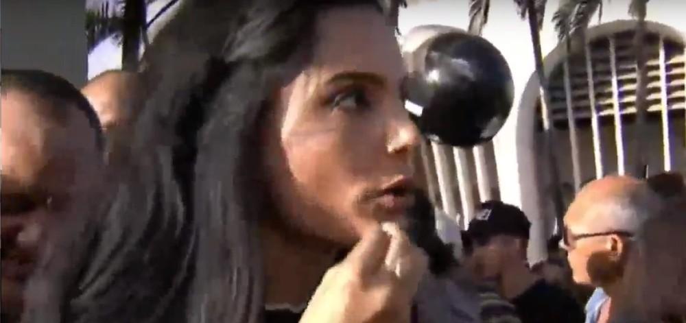 Repórter grita após quase ser roubada ao vivo no velório de Gabriel Diniz; Confira o vídeo!!