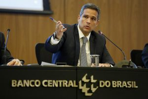 Banco Central estuda permitir conta em dólares para brasileiros