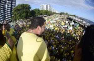 Manifestação em favor de Bolsonaro e Moro reúne milhares de pessoas na Ponta Negra