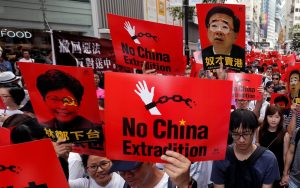 Milhares vão às ruas em Hong Kong contra projeto de extradições para a China