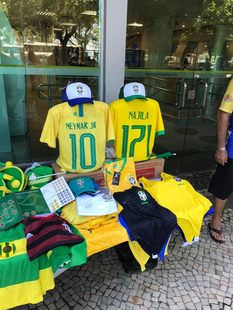 Ambulantes vendem camisa do Brasil com nome de Najila Trindade e número 171