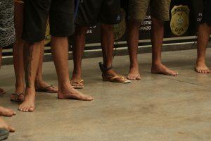 """Operação """"Imperium""""prende 23 pessoas com facas, revólveres e celulares em Manaus"""