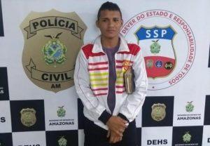 Homem envolvido na morte de sargento da PM se entrega segurando uma Bíblia, em Manaus