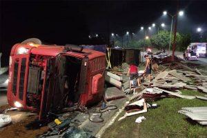 Motorista perde controle de carreta e tomba na avenida do Turismo, em Manaus