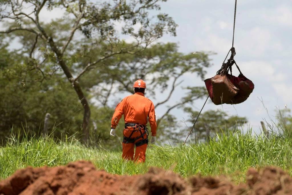 Bombeiros encontram corpo completo em Brumadinho, após mais 4 meses da tragédia